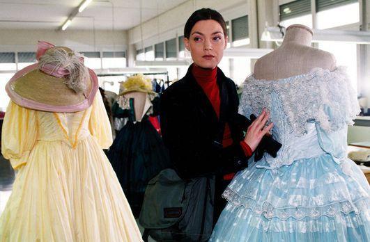 "Marion ""Sisi"" Gruber (Marion Mitterhammer) bewundert im Kostümverle..."