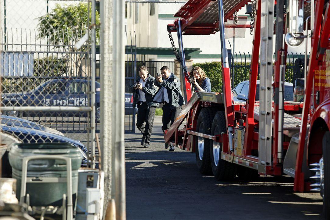 Setzen alles daran, Richard Castle zu retten: Ryan (Seamus Dever, l.), Esposito (Jon Huertas, M.) und Kate Beckett (Stana Katic, r.) ... - Bildquelle: Kelsey McNeal ABC Studios