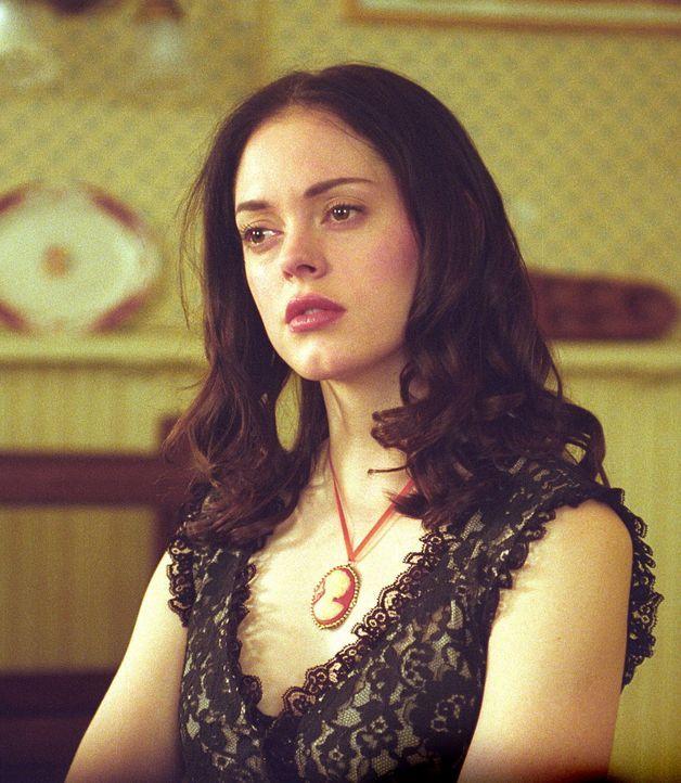 Der Quelle des Bösen gelingt es, die Kräfte von Piper und Paige (Rose McGowan) zu stehlen und Leo durch einen Wächter der Finsternis schwer zu verwu... - Bildquelle: Paramount Pictures