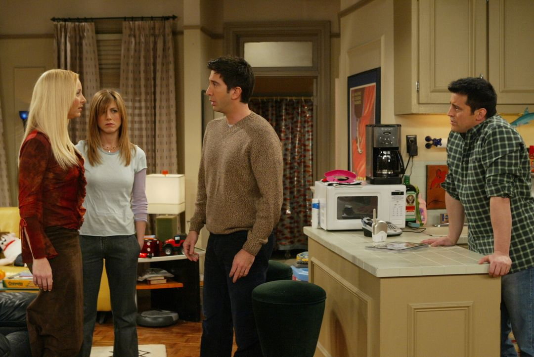 Phoebe (Lisa Kudrow, l.) und Rachel (Jennifer Aniston, 2.v.l.) weihen Joey (Matt LeBlanc, r.) und Ross (David Schwimmer, 2.v.r.) in ihr Geheimnis ei... - Bildquelle: 2003 Warner Brothers International Television
