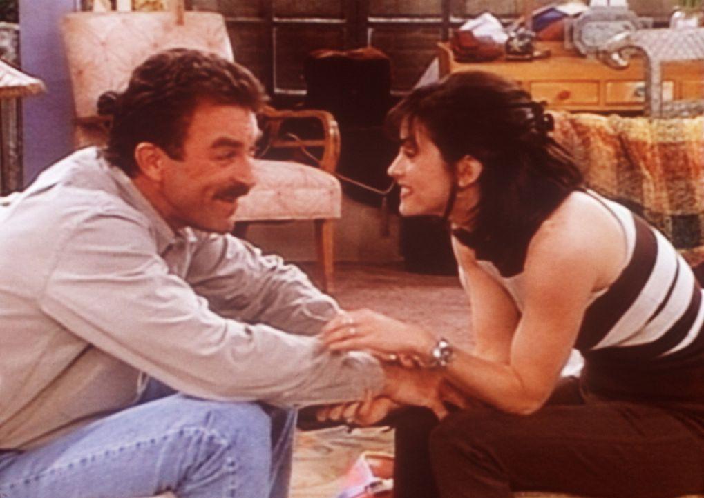 Monica (Courteney Cox, r.) wünscht sich Kinder und versucht, Richard (Tom Selleck, l.) davon zu überzeugen, dass es herrlich wäre, noch einmal Va... - Bildquelle: TM+  2000 WARNER BROS.