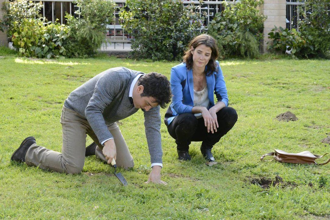Als Robin (Cobie Smulders, r.) im Central Park ein Medaillon nicht mehr findet, das sie als junges Mädchen dort heimlich vergraben hatte, eilt ihr T... - Bildquelle: 2013 Twentieth Century Fox Film Corporation. All rights reserved.