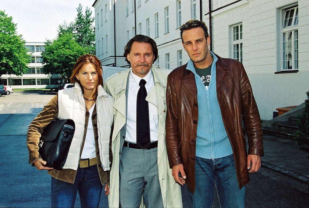 Rechtsanwalt Ingo Lenßen (M.) und seine Ermittler Sandra Nitka (l.) und Christian Storm (r.) - Bildquelle: Riedel Sat.1