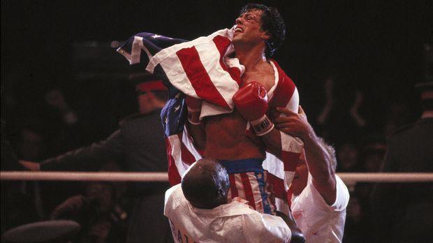 Aus Rache steigt Rocky Balboa (Sylvester Stallone, M.) erneut in den Ring und...