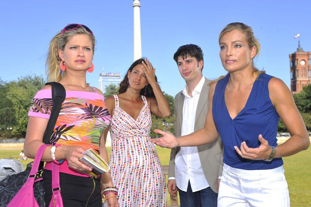 Annett (Tanja Wenzel, r.) ist sauer, da Mia (Josephine Schmidt, l.) den Dreh gesprengt hat ... - Bildquelle: Sat.1