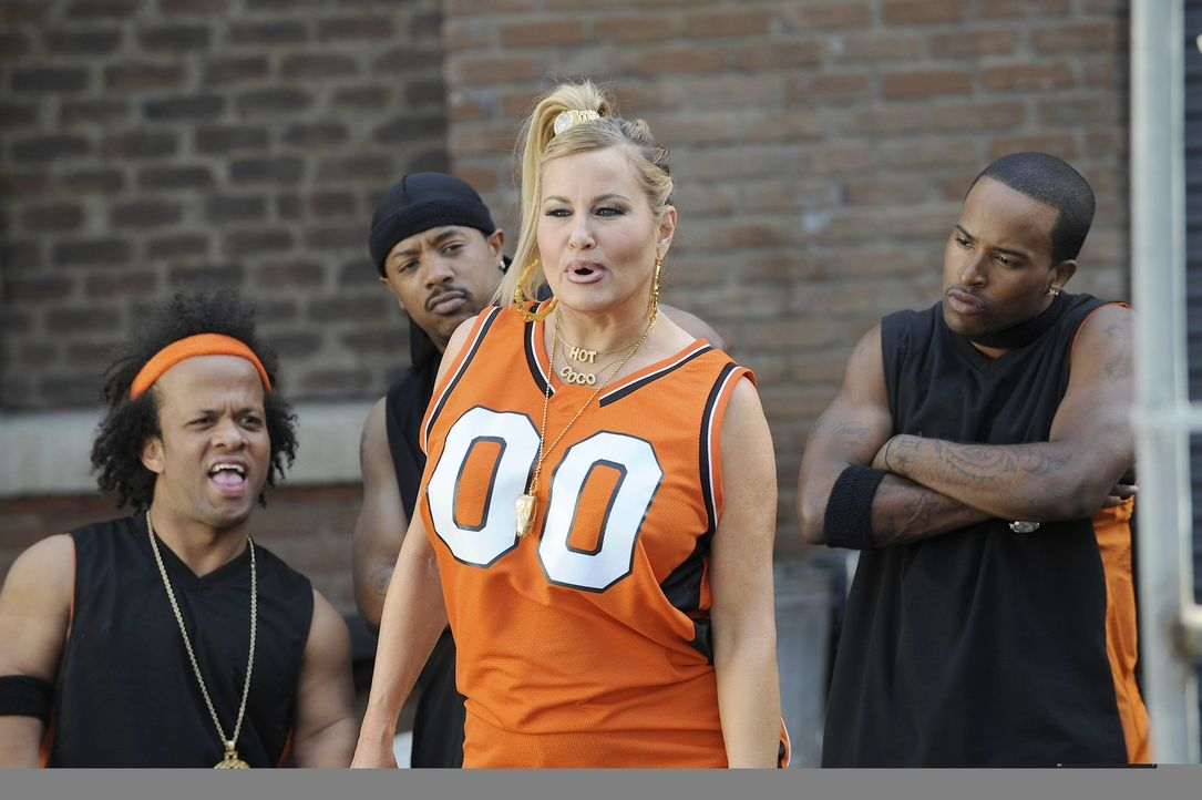 Candy Richards (Jennifer Coolidge, 2.v.r.) ist erneut bei McNamara/Troy, da sie nun als Rapperin mit dem Namen Coco erfolgreich sein will. Allerding... - Bildquelle: Warner Bros. Entertainment Inc. All Rights Reserved.
