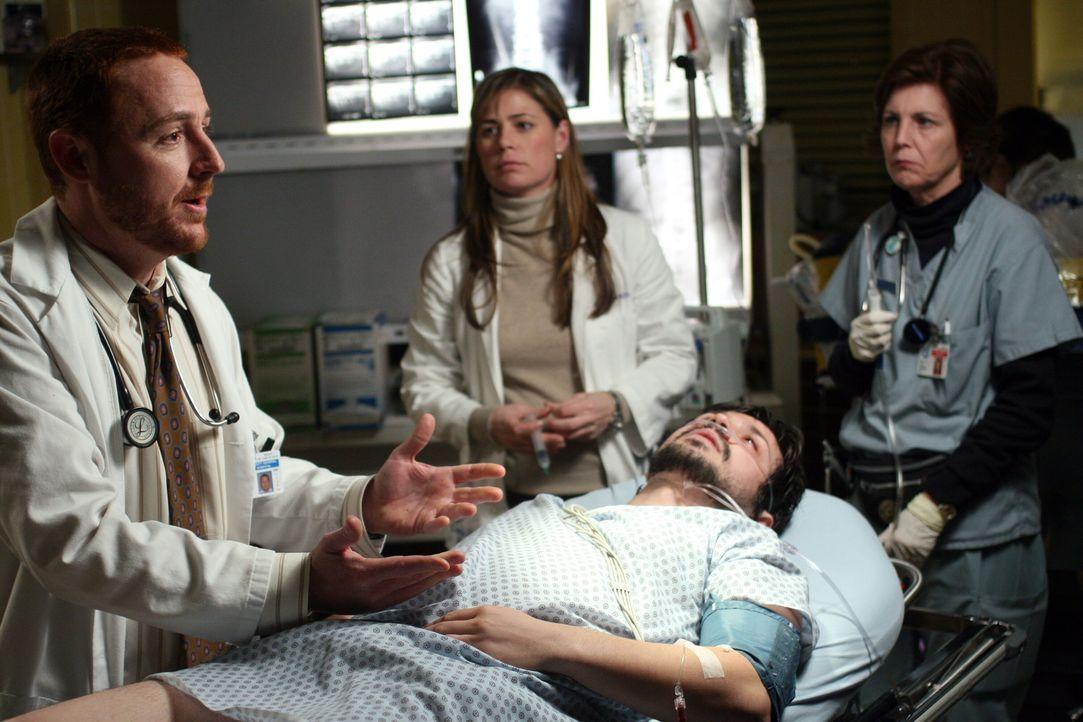 Simons (Freddy Rodriguez, liegend) Zustand verschlechtert sich rasendschnell. Morris (Scott Grimes, l.) und Abby (Maura Tierney, M.) kümmern sich u... - Bildquelle: Warner Bros. Television