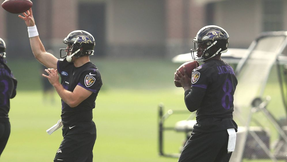 Joe Flacco (li.) und Lamar Jackson (re.) bei den freiwilligen Trainingseinhe... - Bildquelle: imago/ZUMA Press