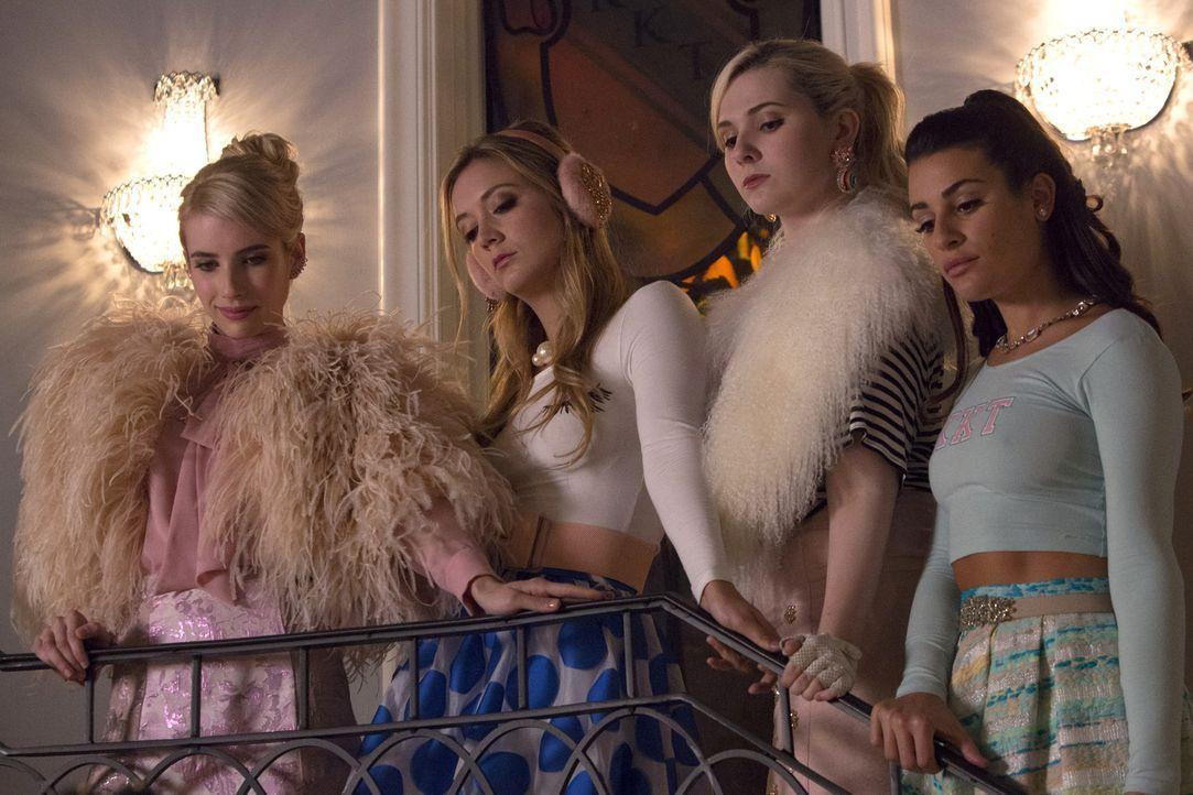 Rüsten sich für einen Wahlkampf und ein ganz besonderes Halloween: (v.l.n.r.) Chanel (Emma Roberts), Chanel #3 (Billie Lourd), Chanel #5 (Abigail Br... - Bildquelle: 2015 Fox and its related entities.  All rights reserved.