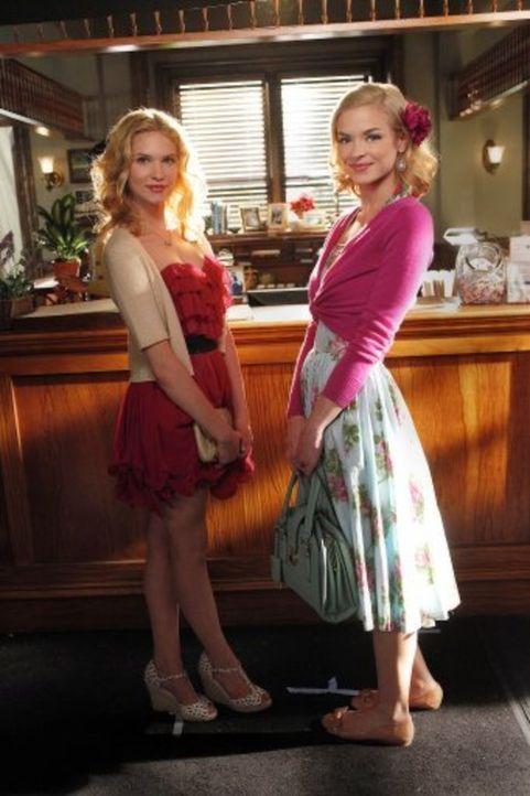 Lemon (Jaime King, r.) ist von dem Verhalten ihrer kleinen Schwester Magnolia (Claudia Lee, l.) entsetzt, bis sie den Grund dafür erfährt ... - Bildquelle: Warner Bros.