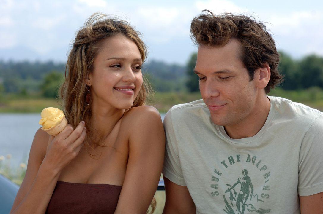 Als der Zahnarzt Charlie (Dane Cook, r.) auf die tollpatschige, aber attraktive Pinguinpflegerin Cam (Jessica Alba, l.) trifft, gerät seine Welt v - Bildquelle: 2007 Lions Gate Films, Inc. All Rights Reserved.