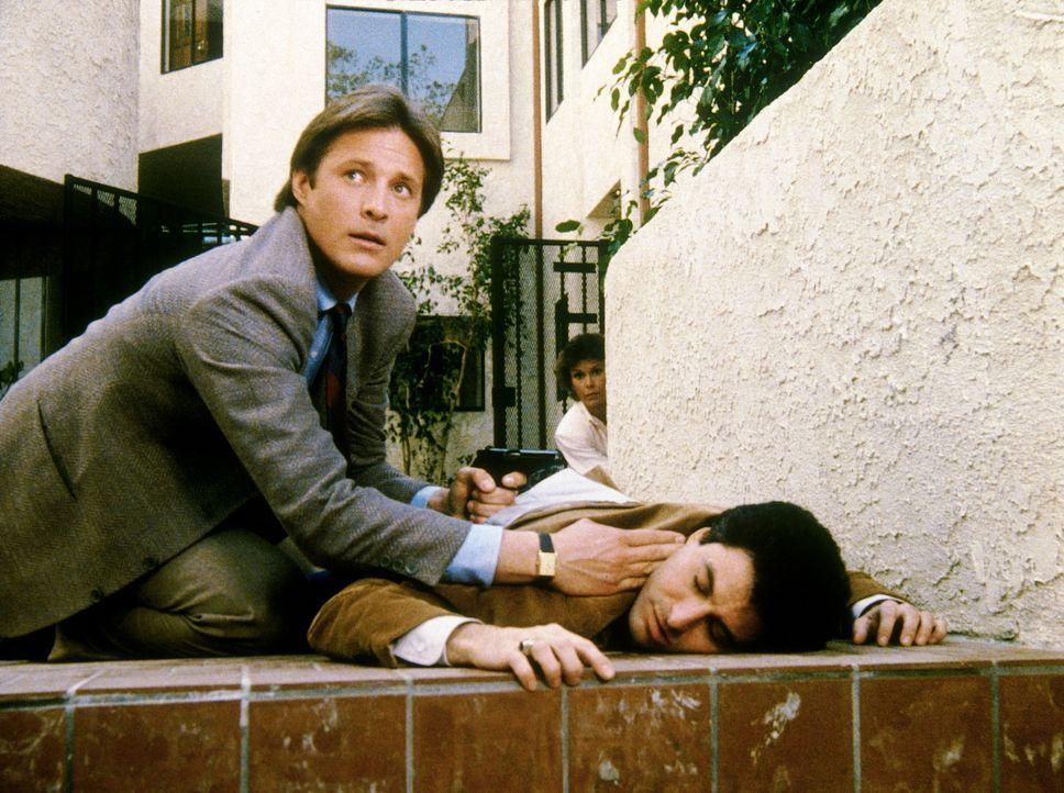 """Leon Sacks (Barry Pearl, r.), Reporter der """"Washington Post"""", wird im Beisein von Lee (Bruce Boxleitner, l.) und Amanda (Kate Jackson, hinten) anges..."""
