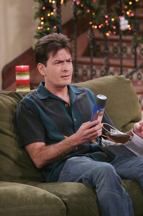 Eigentlich möchte Charlie (Charlie Sheen) den Weihnachtsabend ungestört mit seiner neuen Freundin Gloria im Bett verbringen - doch dann kommt alle... - Bildquelle: Warner Brothers Entertainment Inc.
