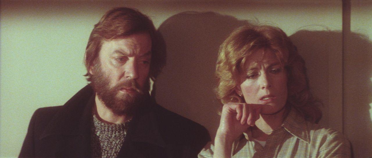 Mysteriöse Mordfälle halten Lansing (Donald Sutherland, l.) und Hedi Lindquist (Vanessa Redgrave, r.) in Atem und schon bald sind sie die einzigen... - Bildquelle: Columbia Pictures