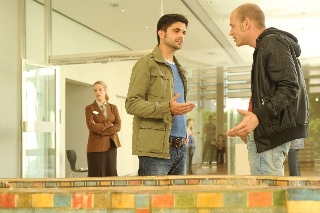 Noch weiß Dana (Diana Amft, l.) nicht, dass sie gerade mitten in ein wichtiges Treffen des Polizisten Nils (Maximilian Grill, M.) mit seinem Informa... - Bildquelle: Aki Pfeiffer SAT.1