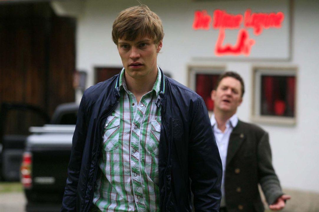 Noch glaubt Christian (Jürgen Tonkel, r.), seinen schwulen Sohn Hans (Andreas Helgi Schmid, l.) mit einem Puff-Besuch heilen zu können. Ein Irrtum... - Bildquelle: Sat.1