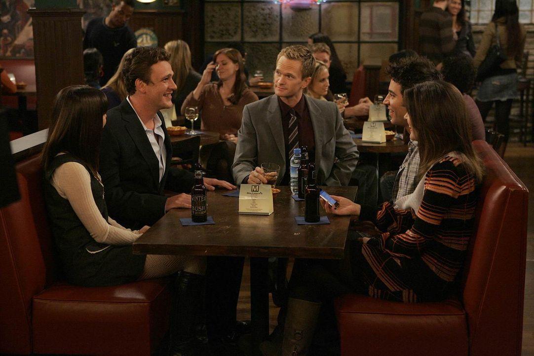 Wollen gemeinsam Thanksgiving feiern: Robin (Cobie Smulders, r.), Barney (Neil Patrick Harris, M.), Marshall (Jason Segel, 2.v.l.), Lily (Alyson Han... - Bildquelle: 20th Century Fox International Television