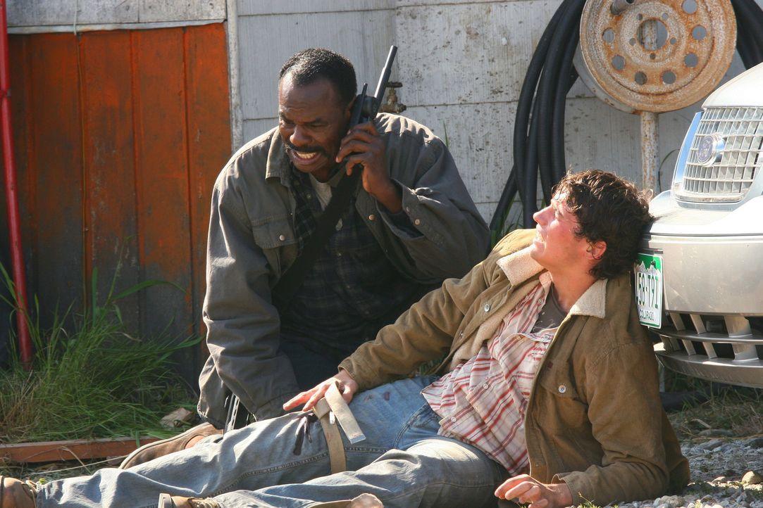Während Sam und Dean von Jäger Rufus Turner (Steven Williams, l.) zur Hilfe gerufen werden, sucht Castiel nach einer Lösung, um Luzifer zu besieg... - Bildquelle: Warner Bros. Television