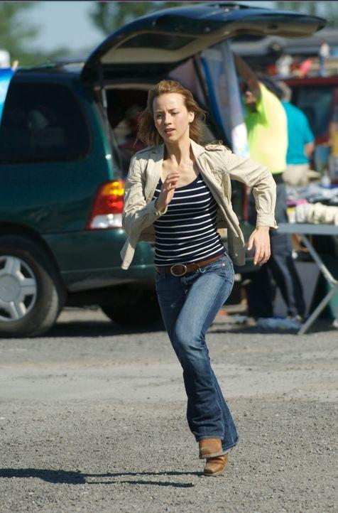 Sophie Marleau (Karine Vanasse) wird fälschlicherweise verdächtigt, die Killerwelle absichtlich durch unerlaubte, wissenschaftliche Tests erzeugt... - Bildquelle: 2006 RHI Entertainment Distribution, LLC