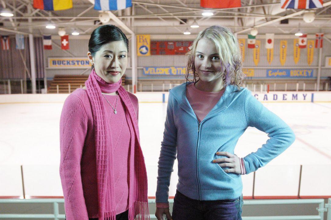 Machen sich daran, die Eiskunstlaufwelt zu erobern: Katelin (Jordan Hinson, r.) und Kristi Yamaguchi (Kristi Yamaguchi) ... - Bildquelle: The Disney Channel