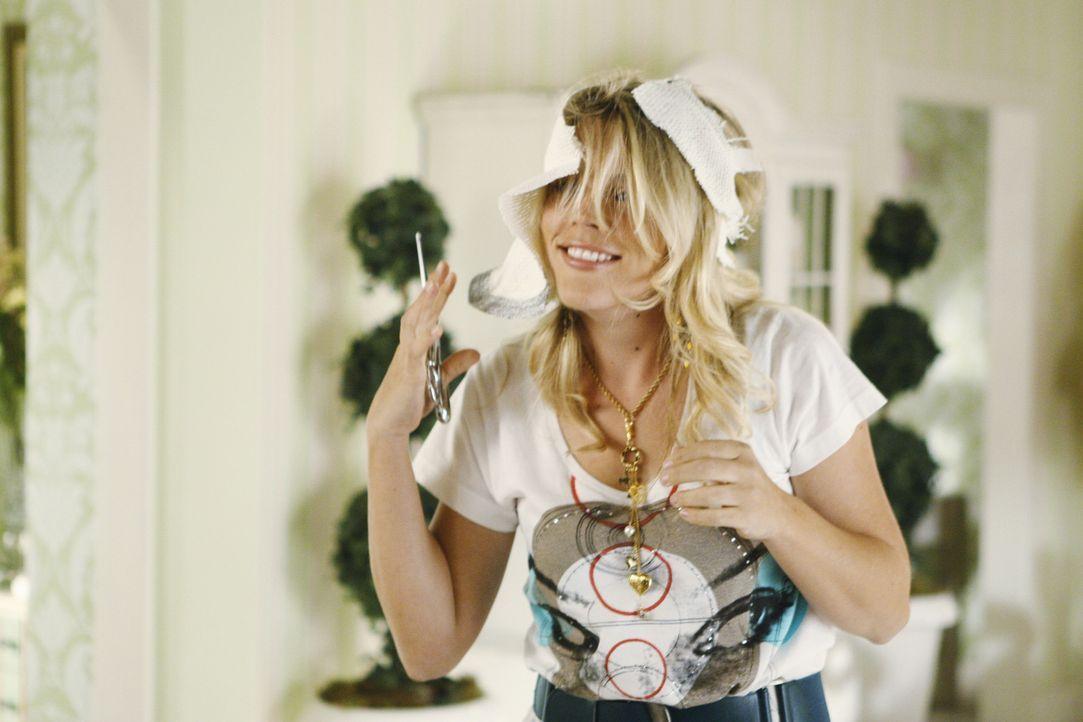 Laurie (Busy Phillips) hat wieder einmal eine Auseinandersetzung mit Ellie, in deren Verlauf sie ihren Strohhut zerschneidet ... - Bildquelle: 2009 ABC INC.