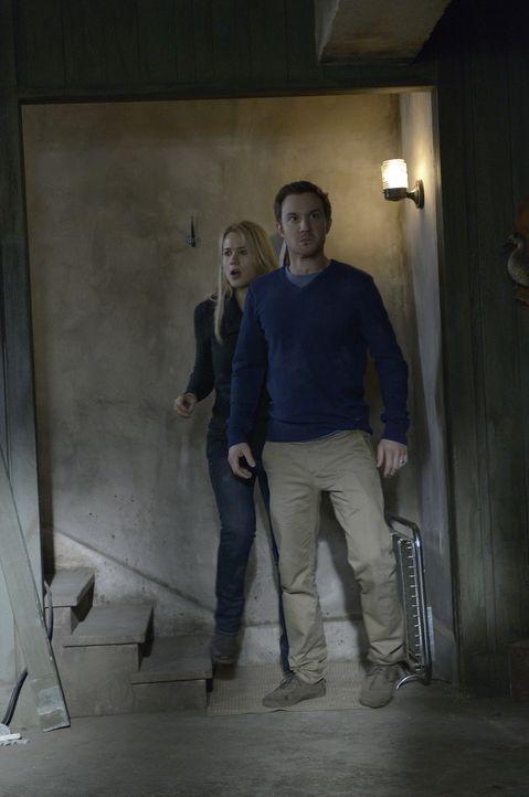 Müssen sich gegen Liam zu Wehr setzten: Josh (Sam Huntington, r.) und Nora (Kristen Hager, l.) ... - Bildquelle: Phillipe Bosse 2013 B.H. 2 Productions (Muse) Inc. ALL RIGHTS RESERVED.