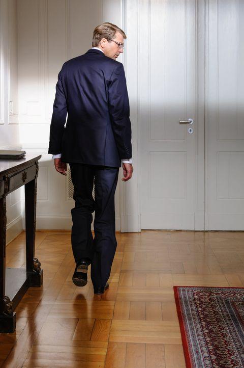 Sein Amt kann ihn nicht länger schützen. Jeden Tag prasseln neue Vorwürfe auf den Bundespräsidenten Christian Wulff (Kai Wiesinger) und seine Fr... - Bildquelle: Stefan Erhard SAT.1