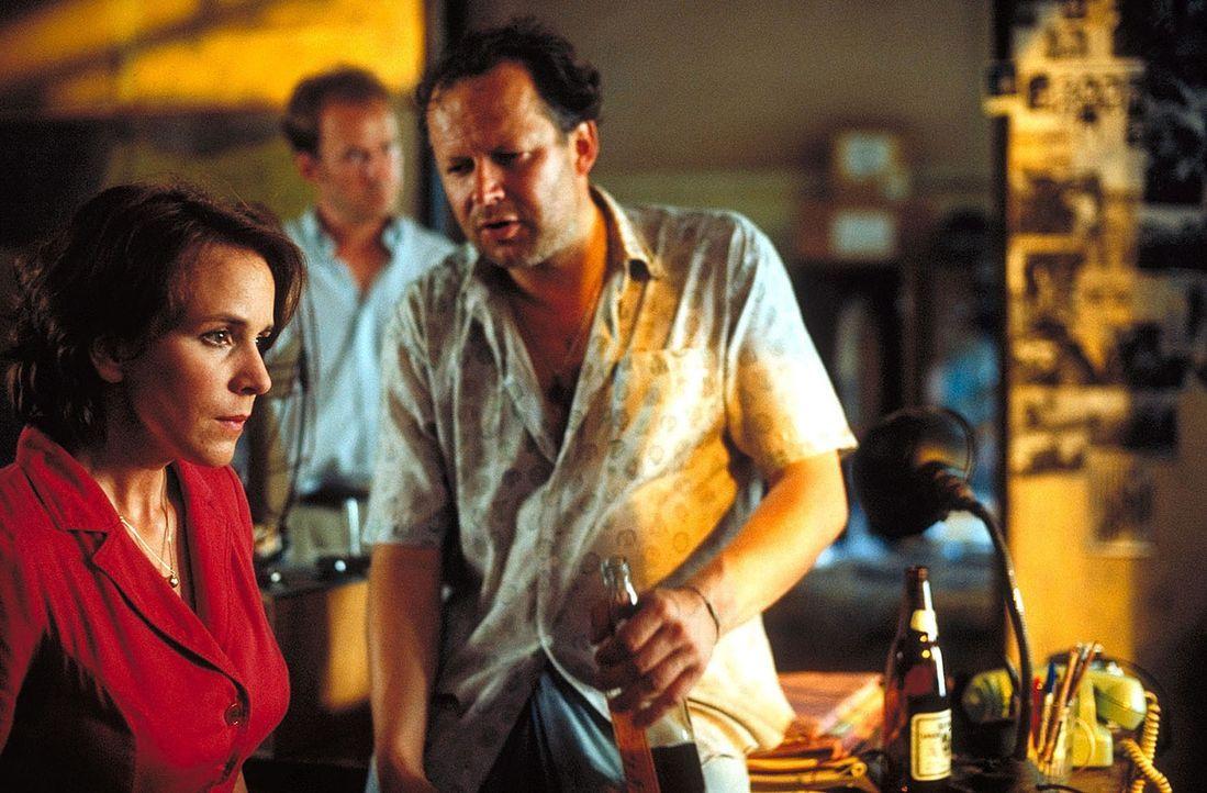 """Der ehemalige BND-Agent Dux (Axel Milberg, r.) ist sich sicher, dass Melanie im """"Red Light District"""" verschwunden ist. Doch für Jana (Bettina Kupfe... - Bildquelle: Manju Sawhney ProSieben"""