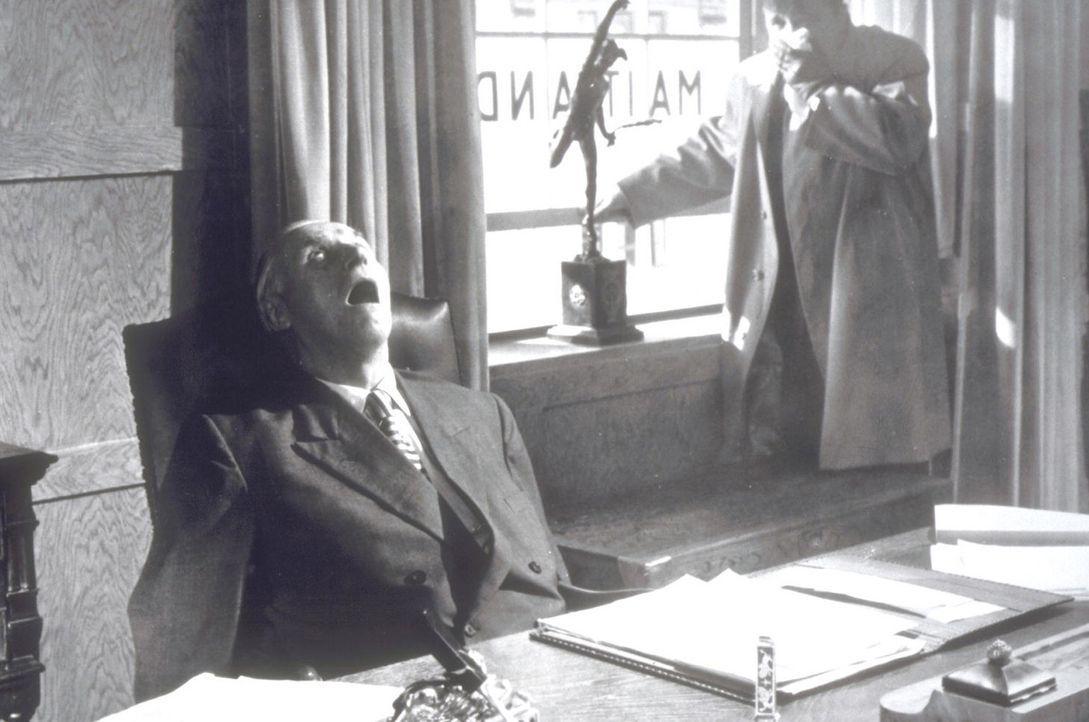 Das nächste Opfer: Richard Gordon (Joachim Fuchsberger, r.) findet den toten Ezra Maitland (Fritz Rasp, l.) in seinem Büro ... - Bildquelle: Constantin Film
