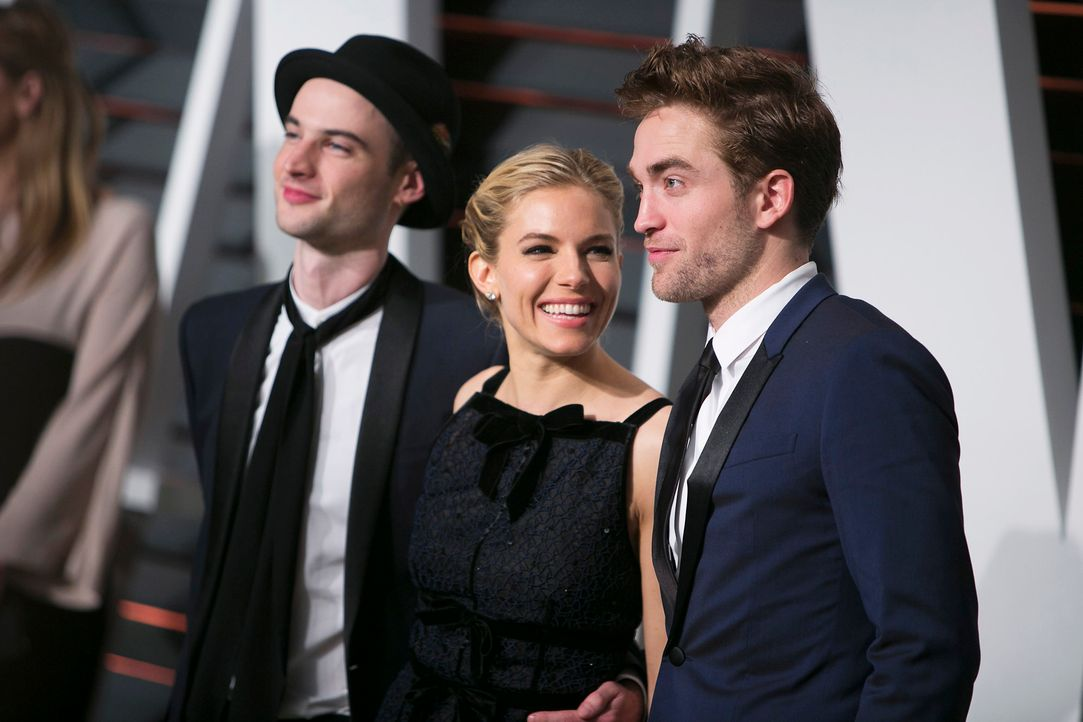 Oscars-Vanity-Fair-Party-Tom-Sturridge-Sienna-Miller-Robert-Pattinson-150222-AFP - Bildquelle: AFP