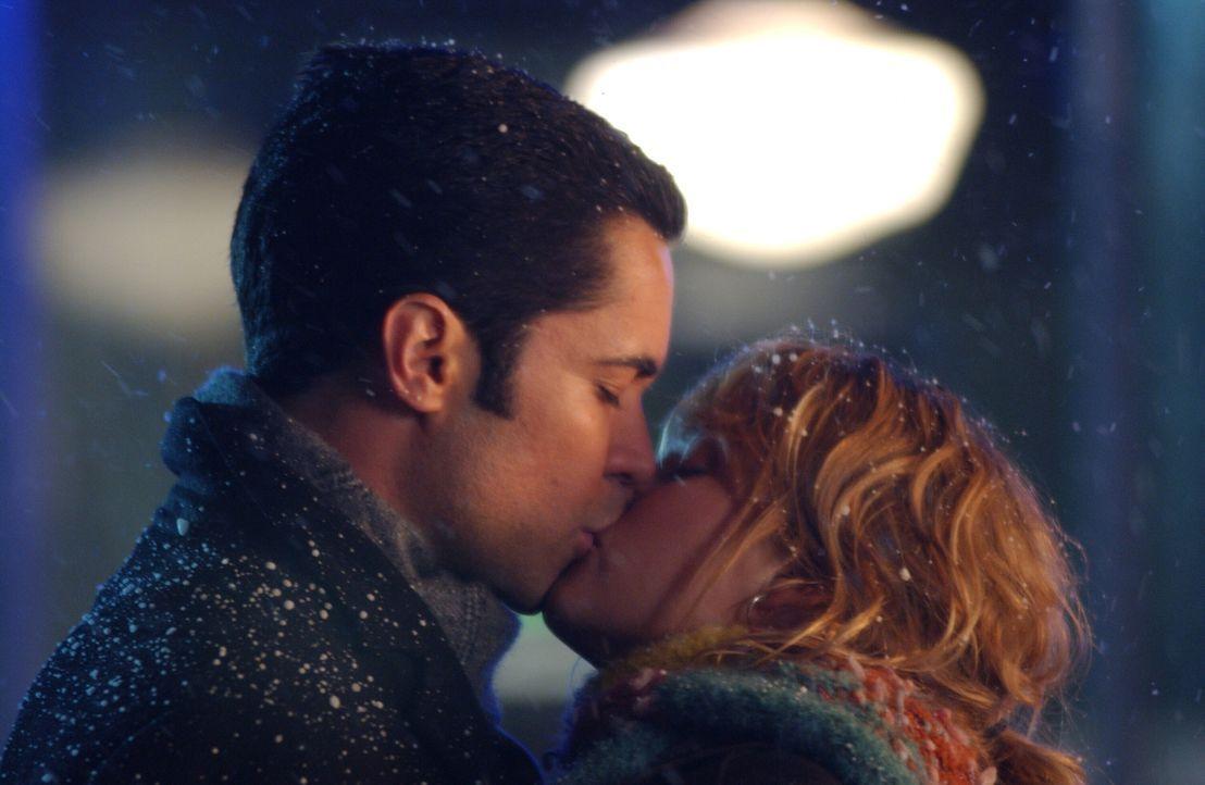 Det. Scott Valens (Danny Pino, l.) hat sich in Christina (Nicki Aycox, r.), die Schwester seiner Kollegin Lilly Rush, verliebt ... - Bildquelle: Warner Bros. Television