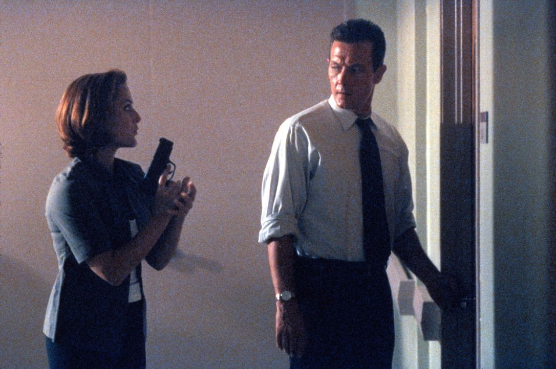 Scully (Gillian Anderson, l.) und Doggett (Robert Patrick, r.) ermitteln in einem mysteriösen Entführungsfall. - Bildquelle: TM +   2000 Twentieth Century Fox Film Corporation. All Rights Reserved.