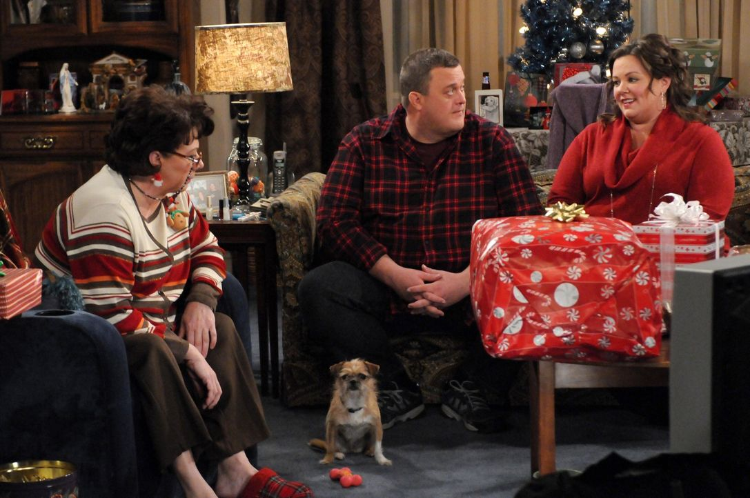 Ein ganz besonderes Weihnachten: Molly (Melissa McCarthy, r.), Mike (Billy Gardell, M.) und seine Mutter Peggi (Rondi Reed, l.) ... - Bildquelle: 2010 CBS Broadcasting Inc. All Rights Reserved.