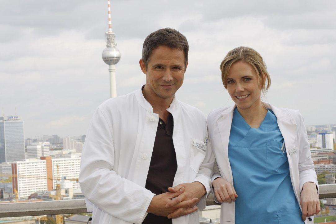 Dr. Stephan Roth (Andreas Brucker, l.) und Luisa Keller (Jana Voosen) - Bildquelle: Mosch Sat.1