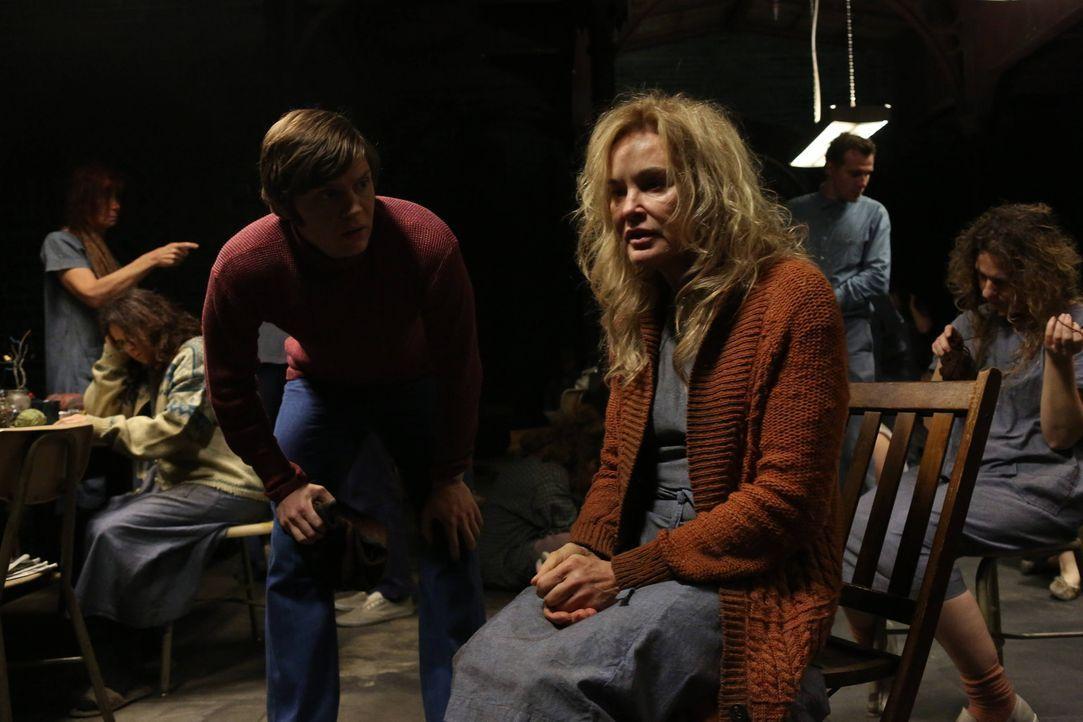 Vom schlechten Zustand Schwester Jude Martins (Jessica Lange, r.) ist Kit Walker (Evan Peters, l.) schockiert. Wird er versuchen, sie aus der Anstal... - Bildquelle: 2012-2013 Twentieth Century Fox Film Corporation. All rights reserved.