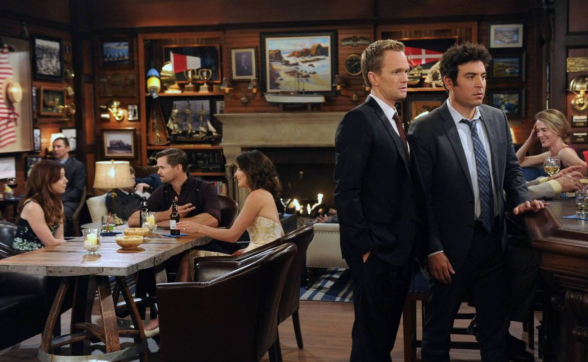 Am Tag vor der Hochzeit machen Ted (Josh Radnor, vorne r.) und Barney (Neil Patrick Harris, vorne l.) eine unangenehme Bekanntschaft mit Darren, des... - Bildquelle: 2013 Twentieth Century Fox Film Corporation. All rights reserved.