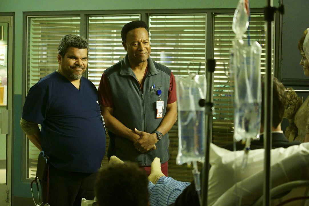 Stehen ihren Patienten immer zur Seite: Jesse (Luis Guzman, l.) und Rollie (William Allen Young, r.) ... - Bildquelle: Sonja Flemming 2015 ABC Studios