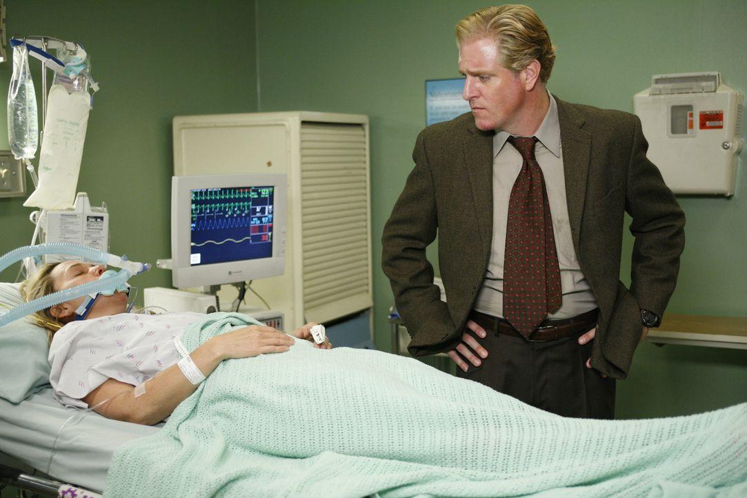 Blake Davis (Scott Atkinson, r.) kommt ins County, um seine Freundin Alison (Lucinda Jenney, l.) zu besuchen und bekommt dabei Ärger mit deren Ehem... - Bildquelle: Warner Bros. Television