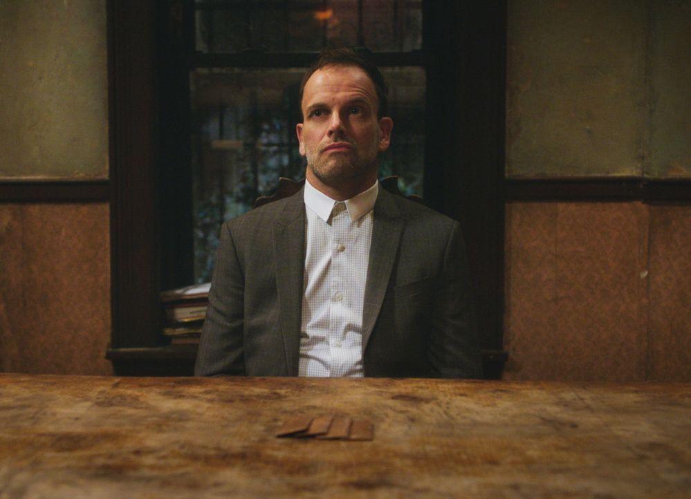 Während Sherlock (Jonny Lee Miller) besessen von der Suche nach einem Serienmörder ist, leidet seine Abstinenz ... - Bildquelle: 2018 CBS Broadcasting, Inc. All Rights Reserved.