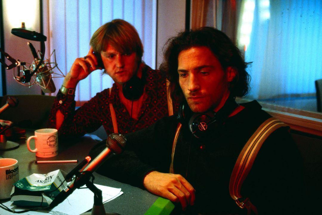 Paul (Benjamin Sadler, r.) ist von Mäckies (Detlev Buck, l.) Idee, eine Nacht mit einer fremden Frau in einem Hotel in seiner Radioshow zu gewinnen,... - Bildquelle: Weinmann Sat.1