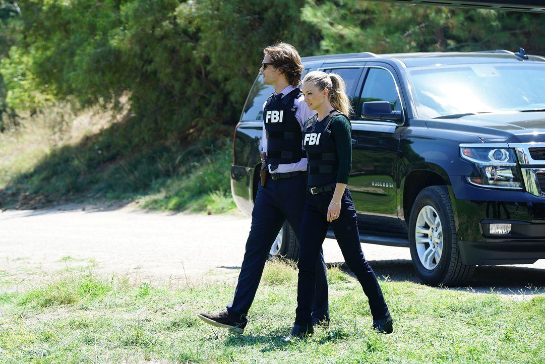 JJ (Andrea Joy Cook, r.), Reid (Matthew Gray Gubler, l.) und das restliche Team teilen sich auf, um das riesige Feld nach Hinweisen zu untersuchen.... - Bildquelle: ABC Studios