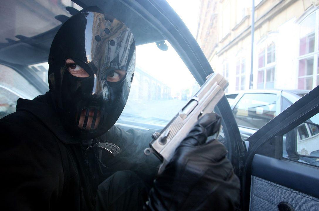 Überfall auf den Geldtransporter der Fischer-Hellwarth-Bank: Wer verbirgt sich hinter der Maske? - Bildquelle: Petro Domenigg Sat.1