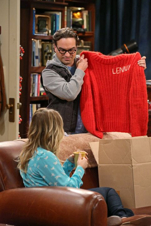 Während Leonard (Johnny Galecki, r.) von Sheldon wegen eines Fehlers aus der Vergangenheit bestraft wird, wäscht Penny (Kaley Cuoco, l.) Rajs Ex-Fla... - Bildquelle: Warner Brothers Entertainment Inc.