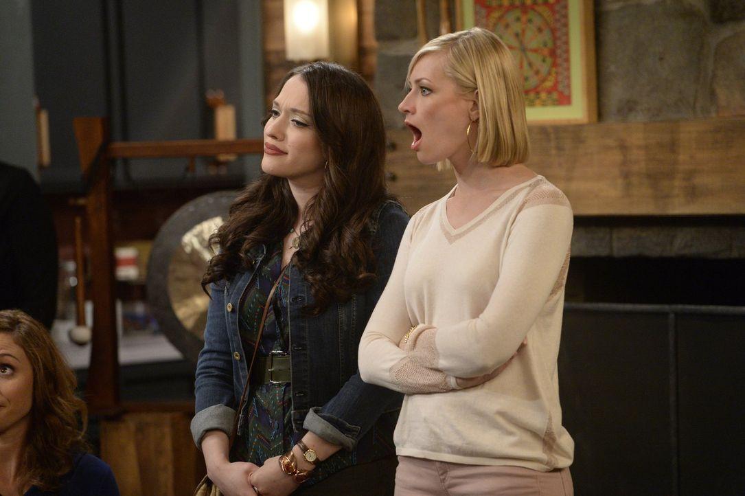 Als Max (Kat Dennings, l.) unerwartet wieder auf eine alte Freundin trifft, wird Caroline (Beth Behrs, r.) sehr von der Eifersucht gepackt und besch... - Bildquelle: 2015 Warner Brothers