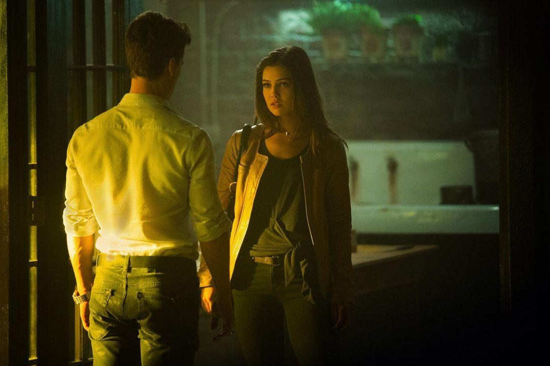 Davina (Danielle Campbell, r.) erfährt von Lucien (Andrew Lees, l.) ein wichtiges Detail, das ihre Zukunft mit Kol vollkommen verändern könnte ... - Bildquelle: Warner Bros. Entertainment, Inc.