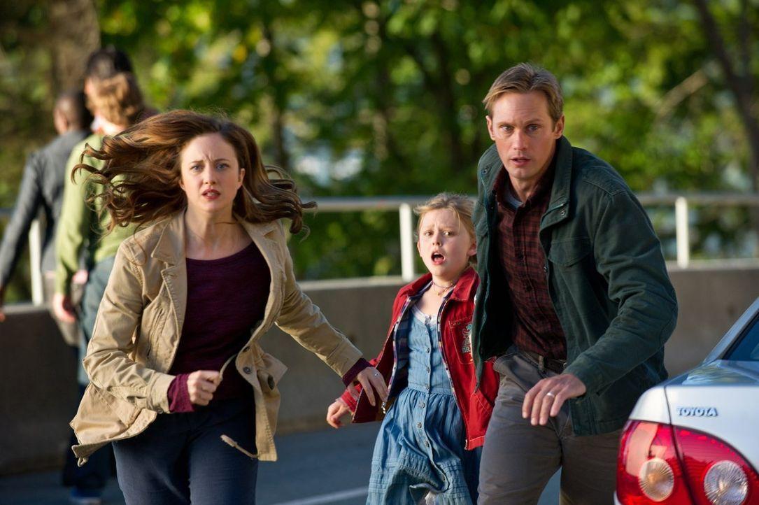 Nach dem Ausbruch einer tödlichen Seuche verstecken sich Ray (Alexander Skarsgård, r.), Claire (Andrea Riseborough, l.) und ihre siebenjährige Tocht... - Bildquelle: 2015 Warner Bros.