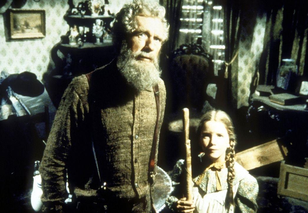 Laura (Melissa Gilbert, r.) und Amos Pike (John Anderson, l.) säubern gemeinsam sein Haus. - Bildquelle: Worldvision