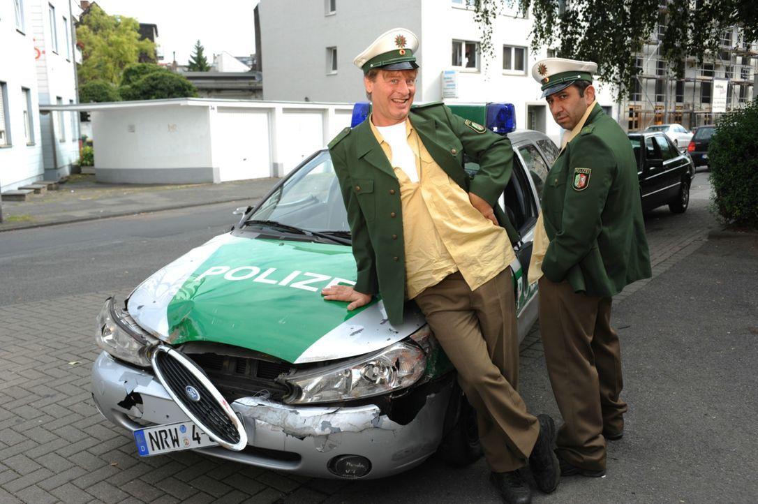 Die zwei dümmsten Polizisten Deutschlands, Tommie (Tom Gerhardt, l.) und Mario (Hilmi Sözer, r.), stehen kurz vor ihrer Entlassung, als beide kurzer... - Bildquelle: 2010 Constantin Film Verleih GmbH