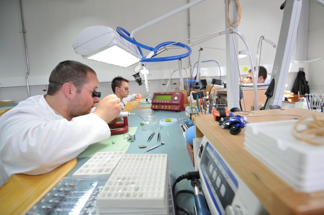 Die Uhrenmacher bei der Arbeit in der Dewitt-Uhrenfabrik in der Schweiz: Mit mühevoller Kleinarbeit kreieren sie Uhren, die unzählige winzige Teile... - Bildquelle: Cecile Cusin NGC Network International, LLC All rights reserved.