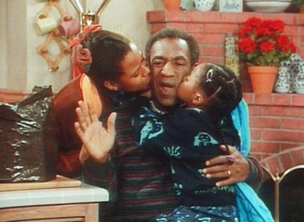 Kaum ist die Mutter aus dem Haus, wird der Vater (Bill Cosby, M.) von Rudy (Keshia Knight Pulliam, r.) und Vanessa (Tempsett Bledsoe, l.) becirct. - Bildquelle: Viacom